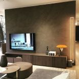 Luxusní LED lampa Mire od výrobce Cinier je zasazena do moderní betonové základny